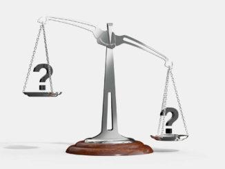 משקל מאזניים עם סימני שאלה בכל צד