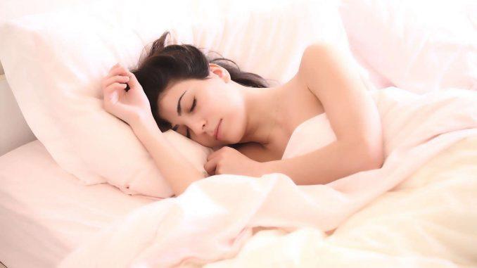 בחורה שקועה בשינה טובה במיטה